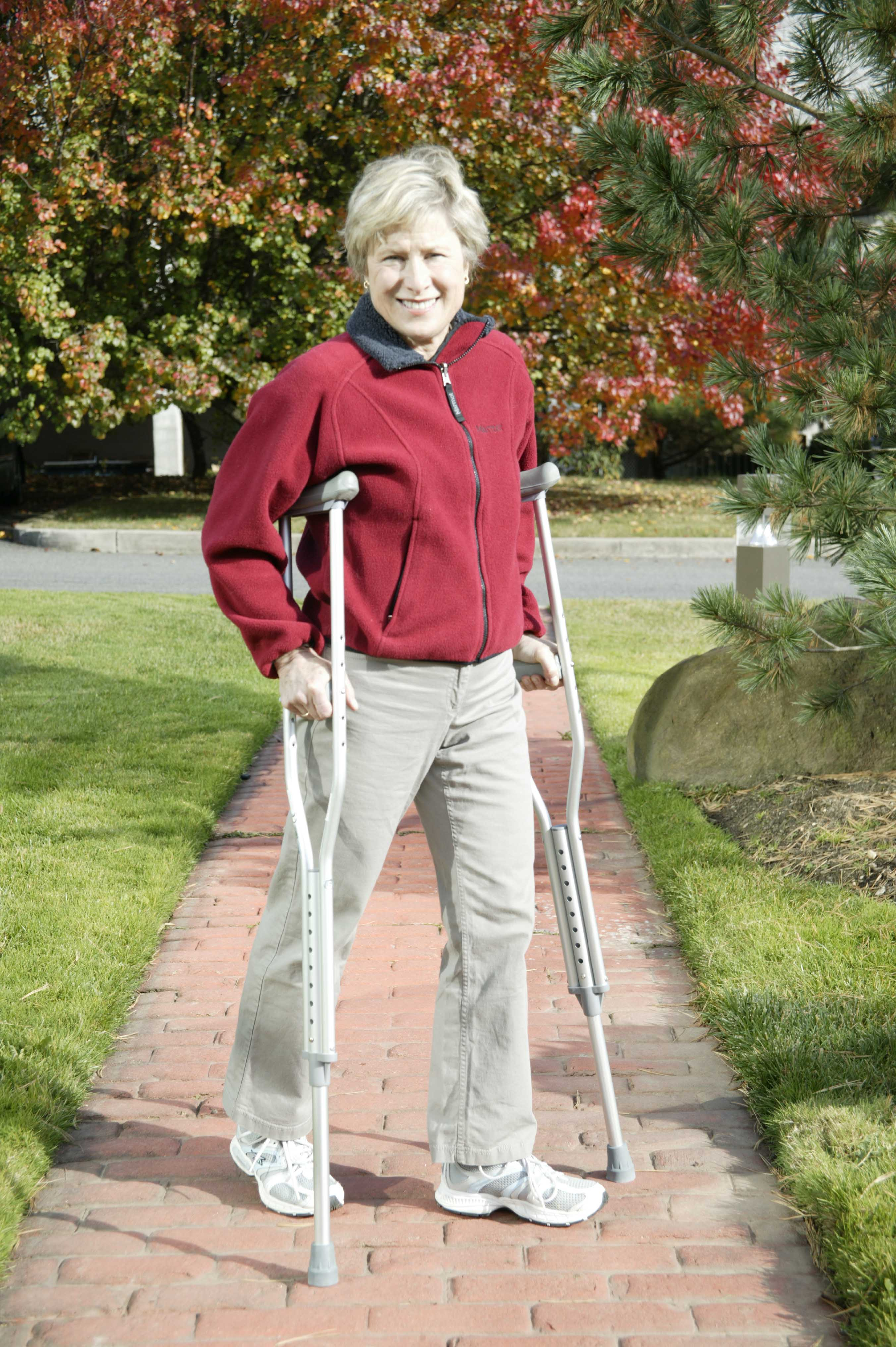 walking-crutches-with-underarm-pad-and-handgrip-rtl10400-drive-medical-2.jpg